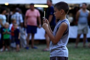 Niño grabando con el móvil en el parque